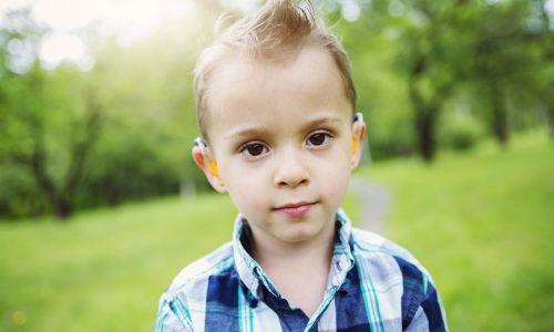appareil auditif pour l'enfant atteint de perte auditive incapacitante, perte auditive sévère à profonde